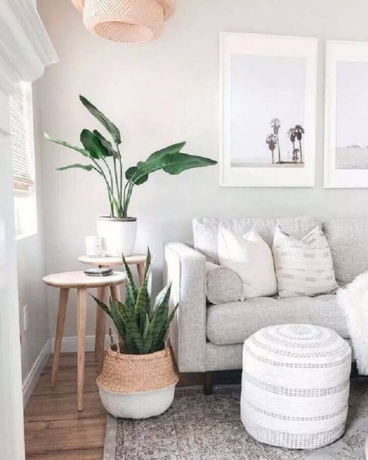 decoração clean para sala com sofá cinza e mesa de canto redonda madeira com perna palito Foto Pinterest