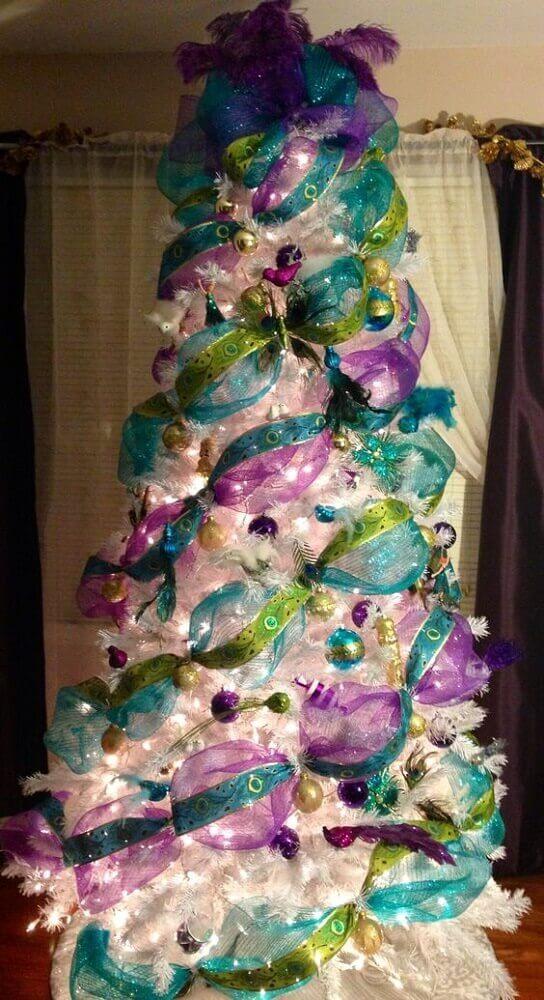 Quarto com decoração de natal colorida