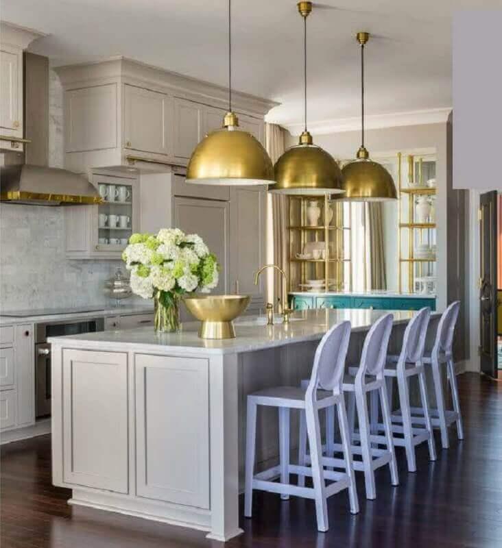 decoração com estilo clássico com lustre pendente para bancada de cozinha com ilha Foto HGTV