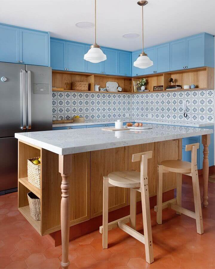 decoração com estilo vintage com pendente para bancada de cozinha com armários azuis  Foto Patrícia Pomerantzeff Arquitetura