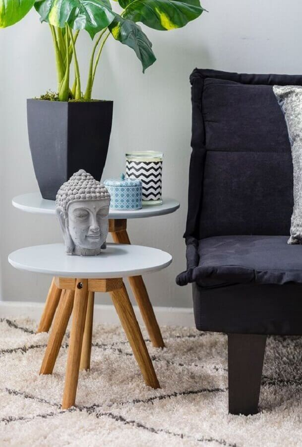 decoração com mesa redonda de canto com pés palito Foto Apartment Therapy