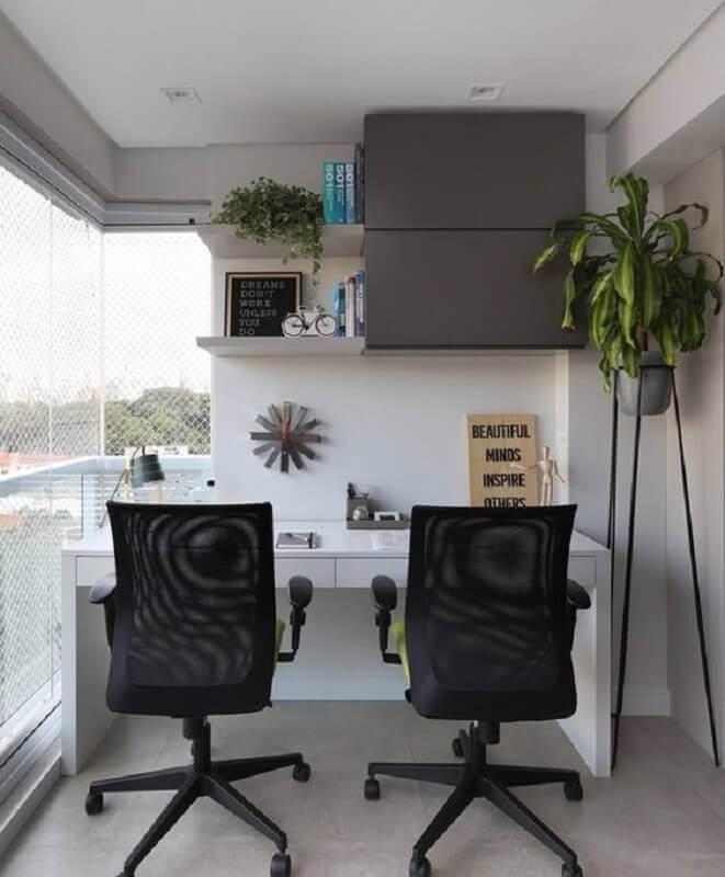 decoração com plantas para varanda com home office  Foto Archilovers