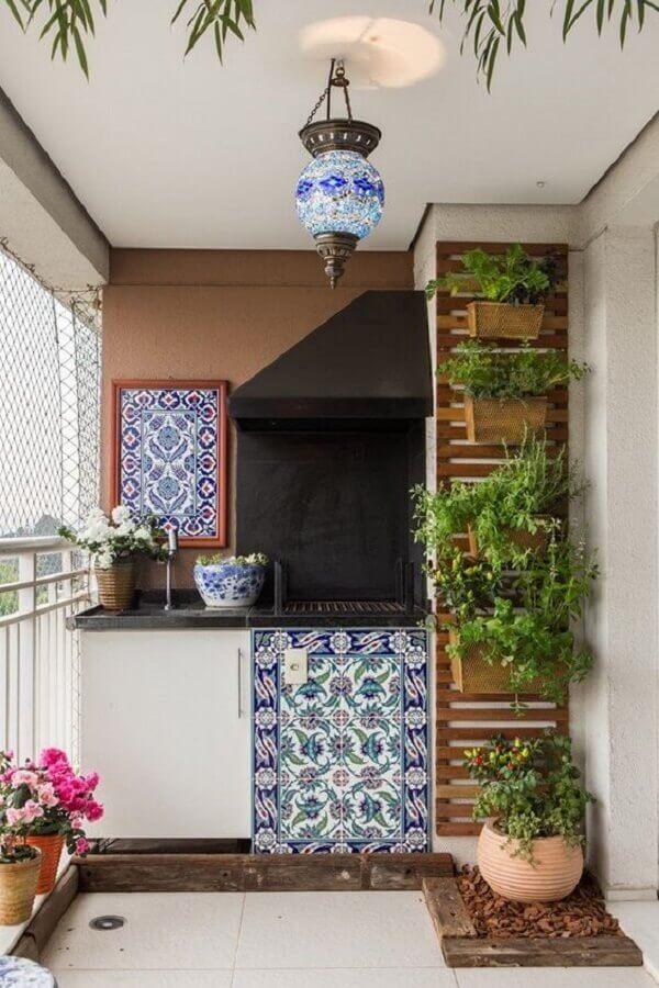 decoração com plantas para varanda gourmet com churrasqueira  Foto Mariana Orsi