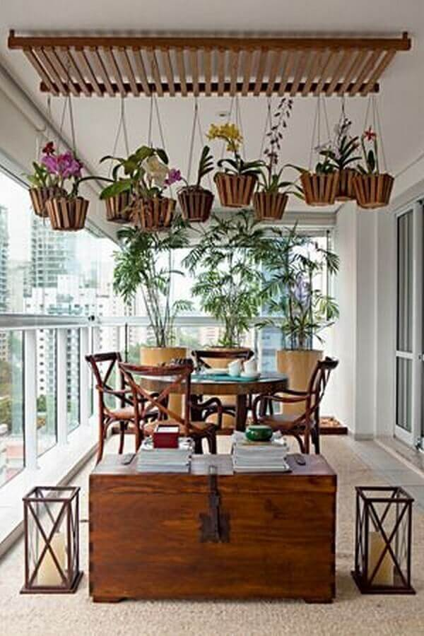 decoração com plantas para varanda gourmet com móveis de madeira  Foto Ana Luiza Florez