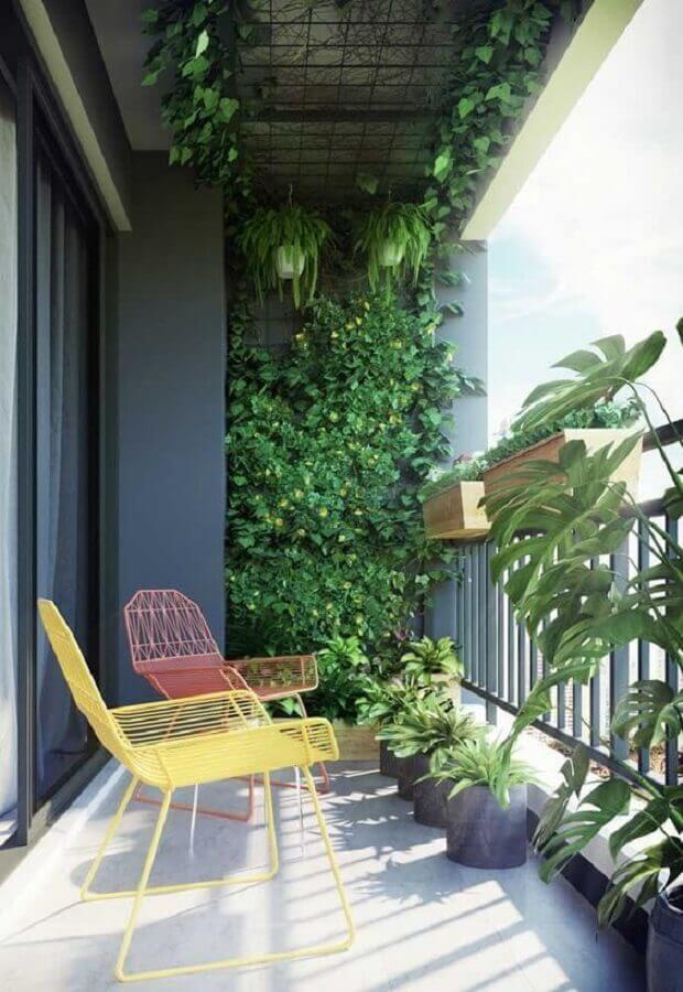 decoração com plantas para varanda moderna com poltronas coloridas  Foto Apartment Therapy