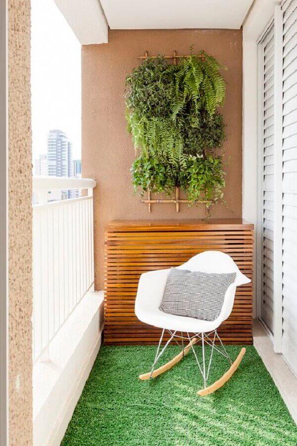 decoração com plantas para varanda pequena com cadeira de balanço e tapete de grama  Foto Life by Lufe