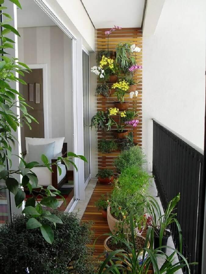 decoração com plantas para varanda pequena com treliça na parede  Foto Casa de Valentina