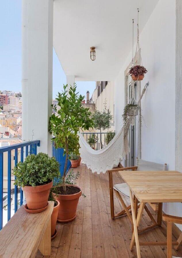 decoração com plantas para varanda simples com guarda corpo azul  Foto Histórias de Casa