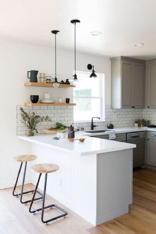 decoração com prateleiras de madeira e pendente para bancada de cozinha branca e cinza Foto EstiloyDeco