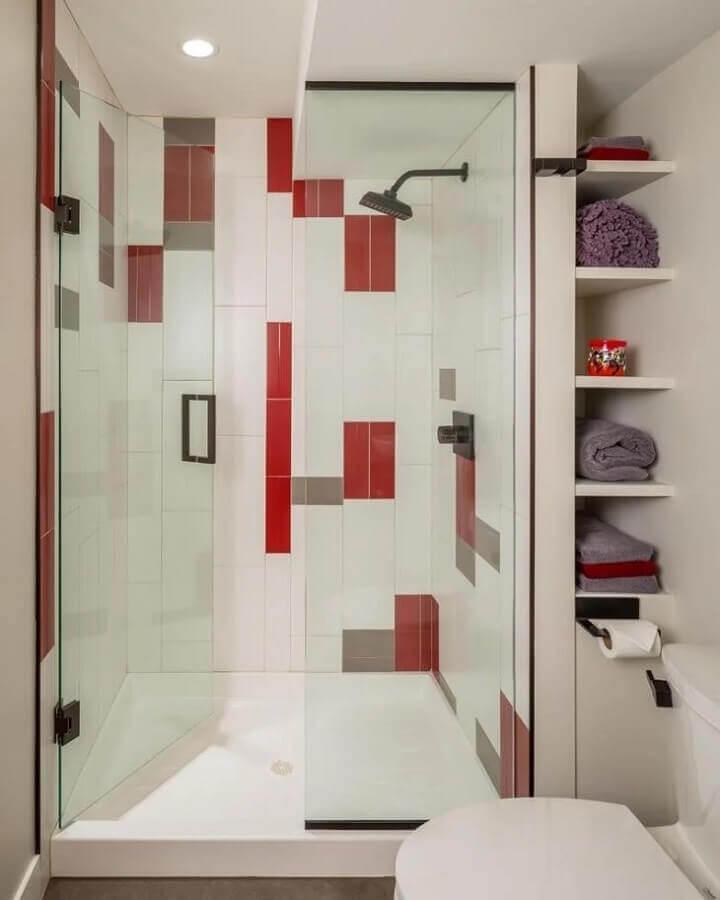 decoração de banheiro branco com detalhes em vermelho  Foto Bluestem Construction