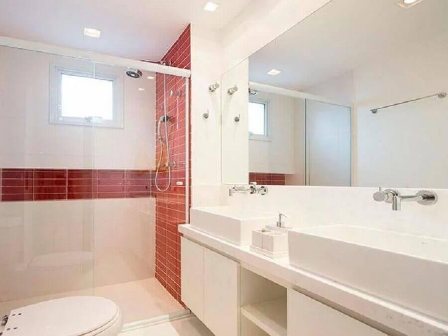 decoração de banheiro branco com revestimento vermelho na área do box Foto Pinterest