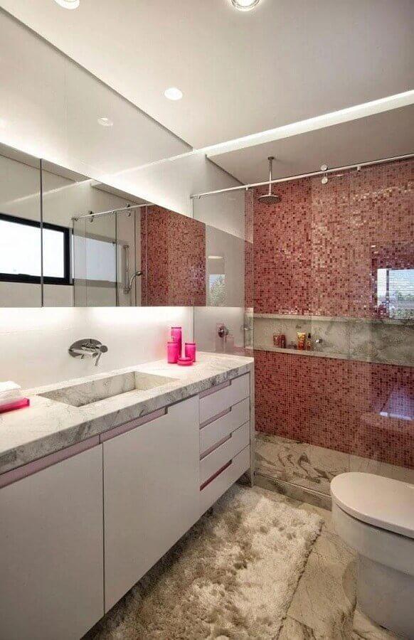 decoração de banheiro com pastilha vermelha na área do box Foto Elmor Arquitetura