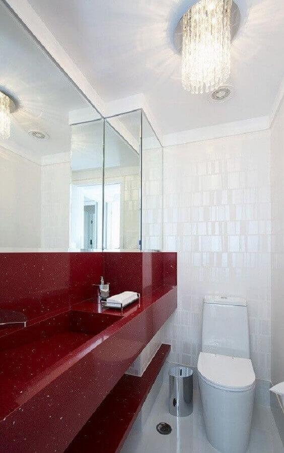 decoração de banheiro pequeno vermelho e branco  Foto Bernal Projetos