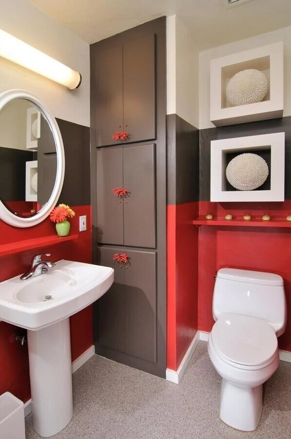 decoração de banheiro vermelho branco e cinza com espelho redondo  Foto HKW Designs