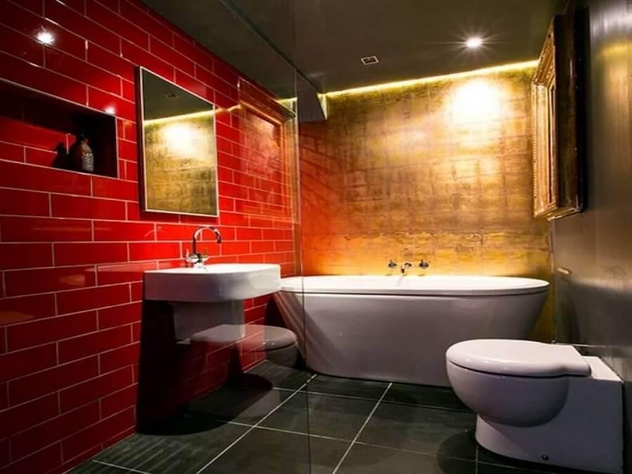 decoração de banheiro vermelho com banheira branca Foto House to Home