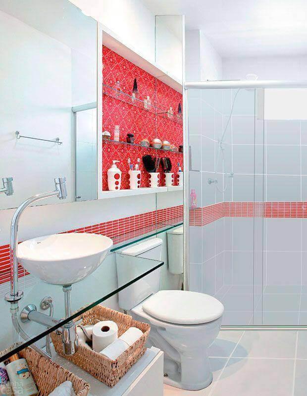 decoração de banheiro vermelho e branco com bancada de vidro Foto Emme Interiores