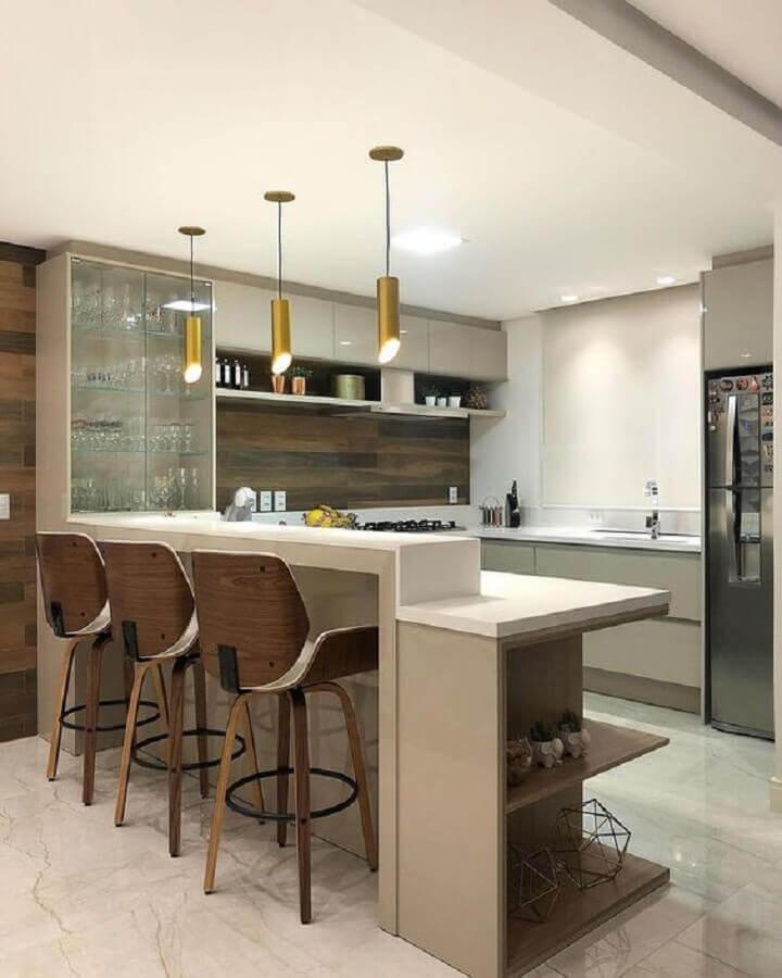 decoração de cozinha com luminária dourada pendente para bancada  Foto Decor Salteado