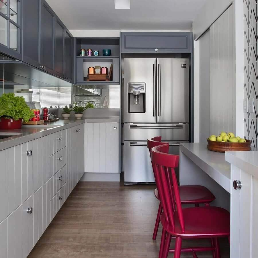 decoração de cozinha de canto cinza com cadeiras vermelhas Foto Babi Teixeira