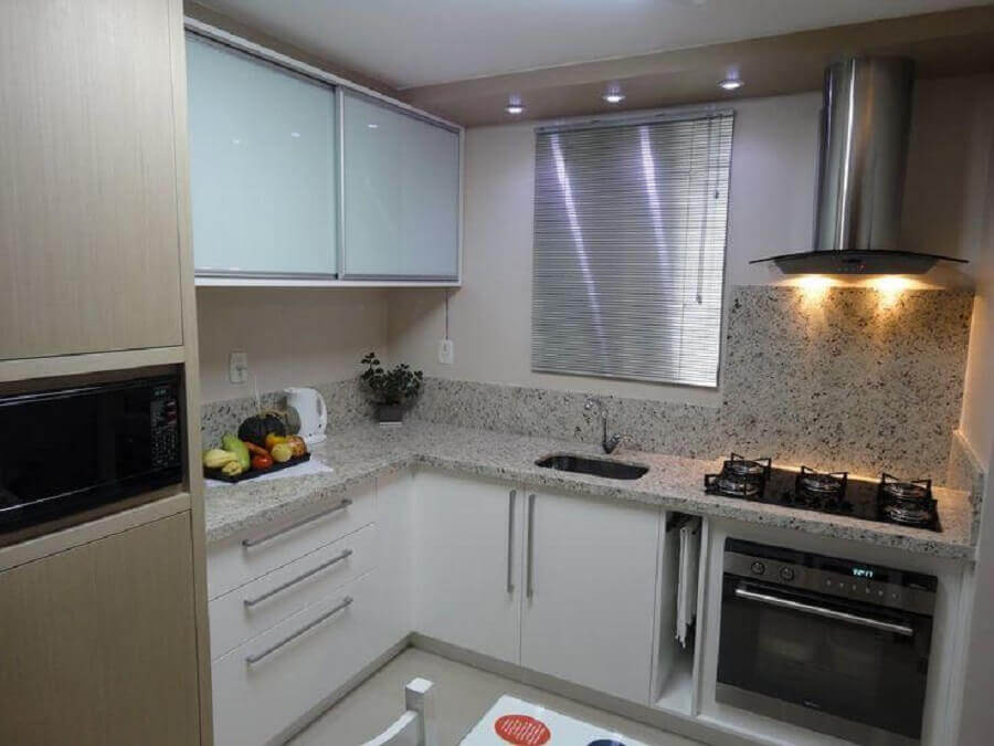 decoração de cozinha de canto pequena com bancada de granito Foto Dcore Você