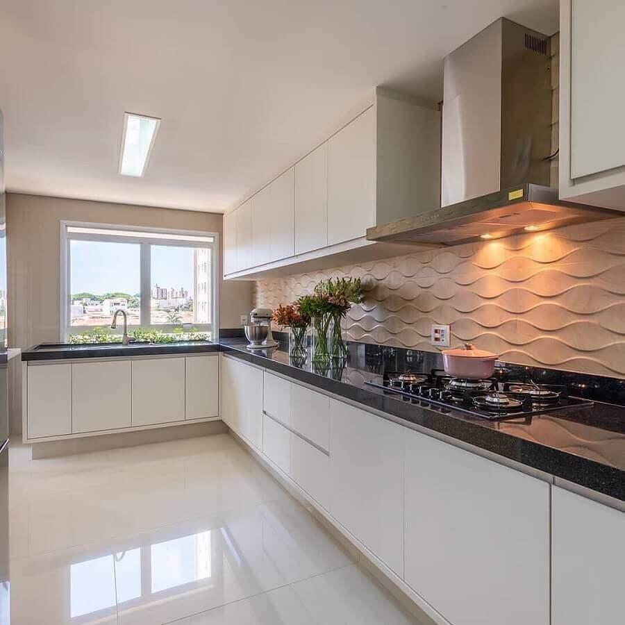decoração de cozinha de canto planejada branca com bancada preta e revestimento 3d Foto Pinterest