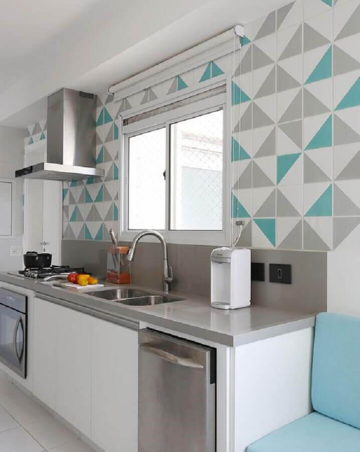 decoração de cozinha planejada com revestimento de parede geométrica  Foto Pinterest