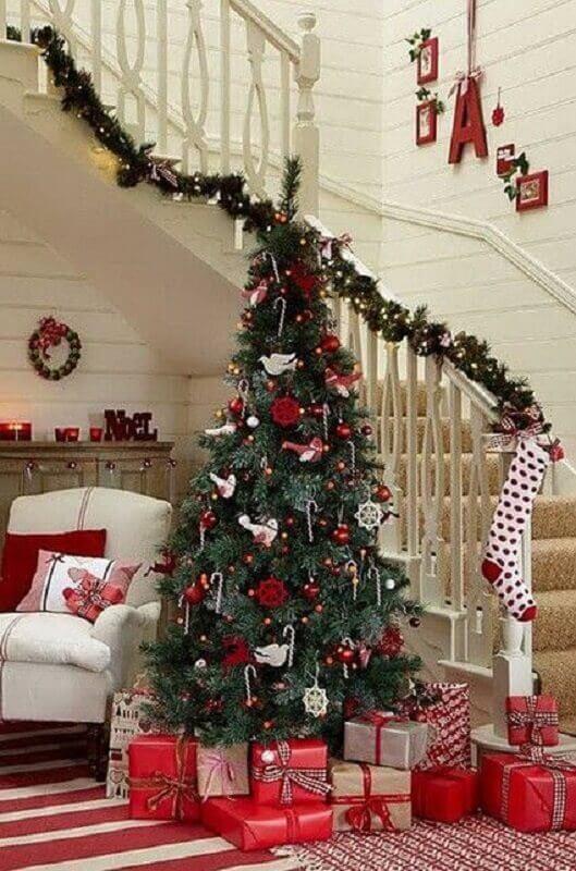 Christmas party staircase decoration Photo Elle Decor