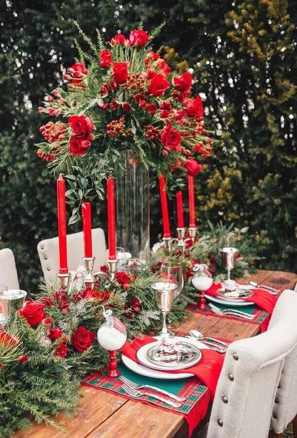 decoração de mesa natalina clássica com velas e rosas vermelhas Foto Style Me Pretty