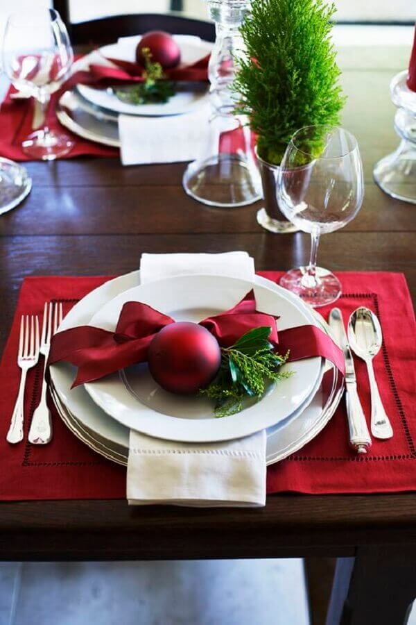 Christmas table decoration with red ball decorated on plate Photo Pinterest