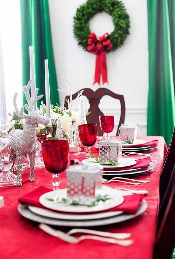 decoração de mesa natalina com presentinho em cada prato Foto Pinterest