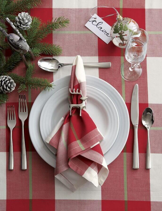 decoração de mesa natalina com toalha e guardanapo xadrez e prendedor de rena para guardanapo Foto Crate and Barrel
