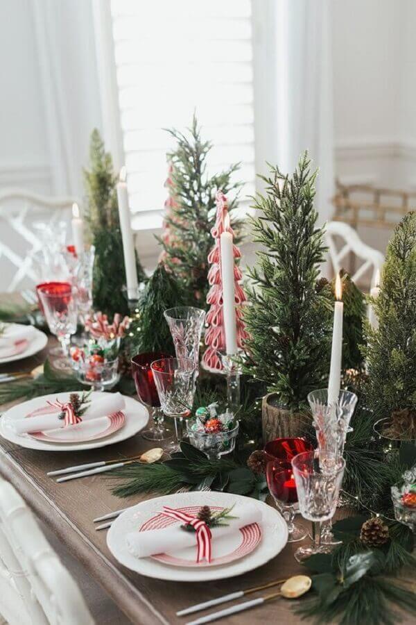 decoração de mesa natalina com velas e mini pinheiros de natal Foto Histórias de Casa
