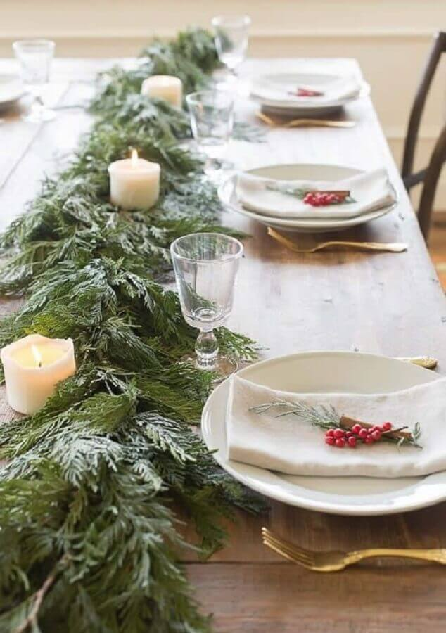 Simple and rustic christmas table decoration with candles and foliage Photo Pinterest