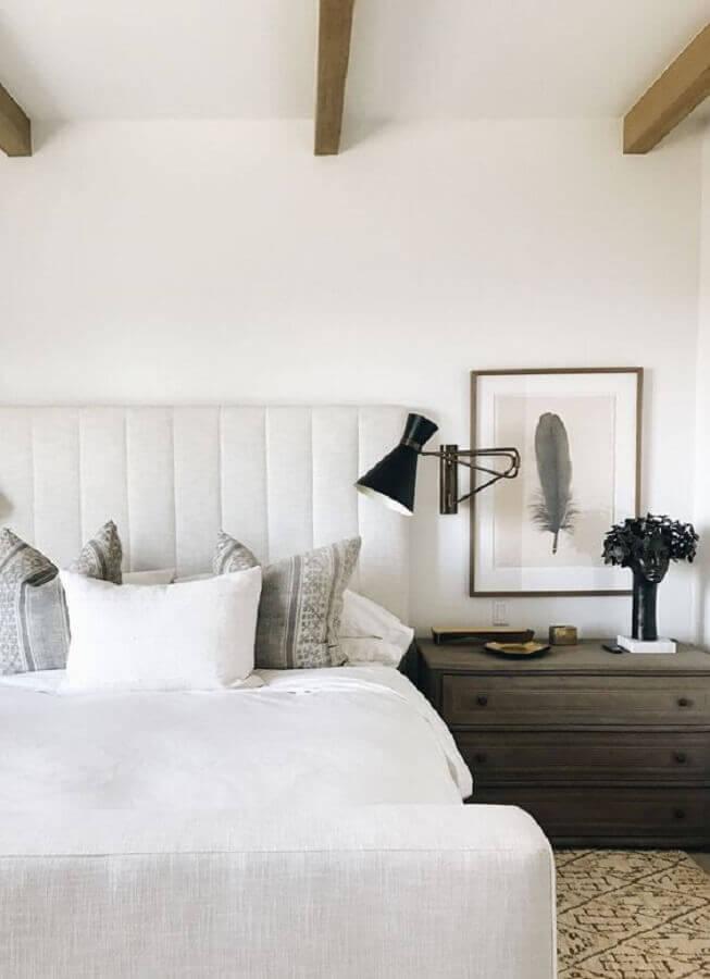 decoração de quarto branco com luminária de cabeceira para leitura preta Foto Harbor Luxury Bedding