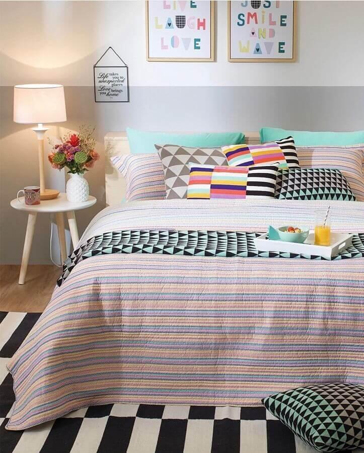 decoração de quarto com almofadas coloridas e mesa de canto redonda retrô de madeira Foto Pinterest