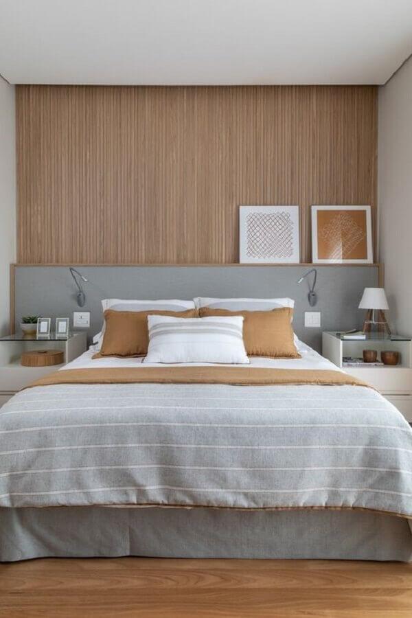 decoração de quarto com cabeceira cinza e revestimento de madeira  Foto Pinterest