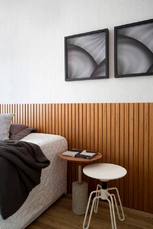 decoração de quarto com cabeceira de madeira e modelos diferentes de mesa de canto redonda Foto Home Fashion Trend