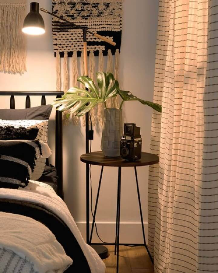 decoração de quarto com mesa de canto redonda preta Foto Pinterest