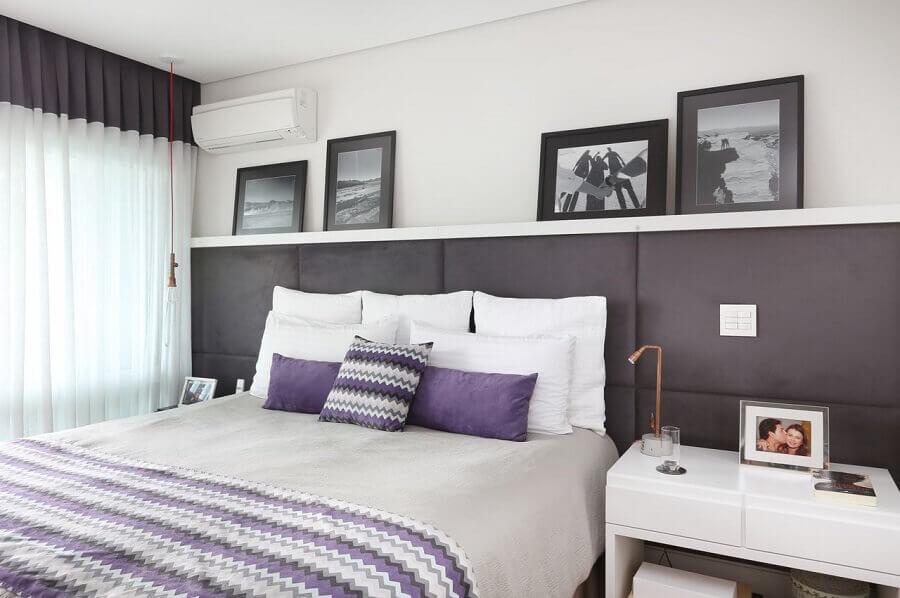 decoração de quarto de casal com cabeceira cinza escuro estofada  Foto Renata Cáfaro