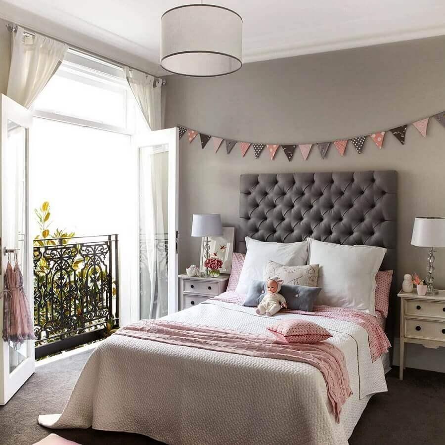 decoração de quarto feminino com criado mudo branco e cabeceira capitonê cinza  Foto Pinterest