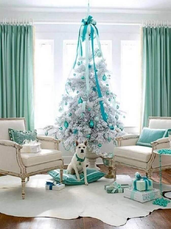 decoration of room with big white Christmas tree with blue ornaments Foto Pinterest