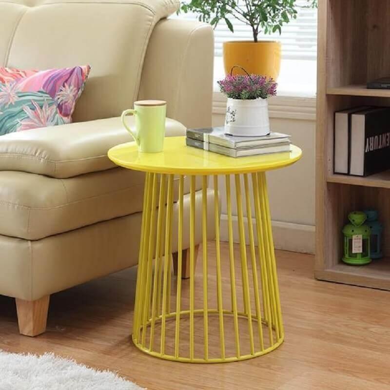 decoração de sala com mesa de canto redonda amarela Foto Pinterest
