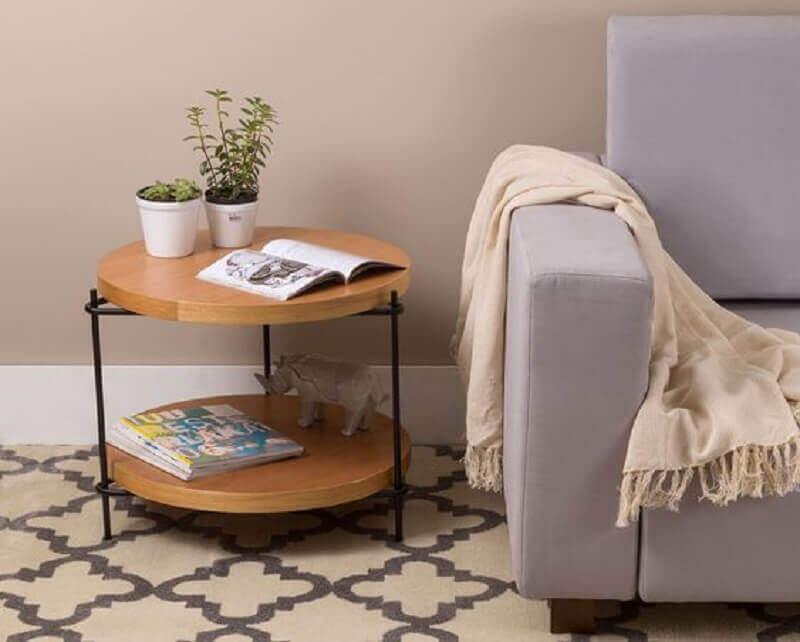 decoração de sala com mesa de canto redonda madeira Foto Oppa Design