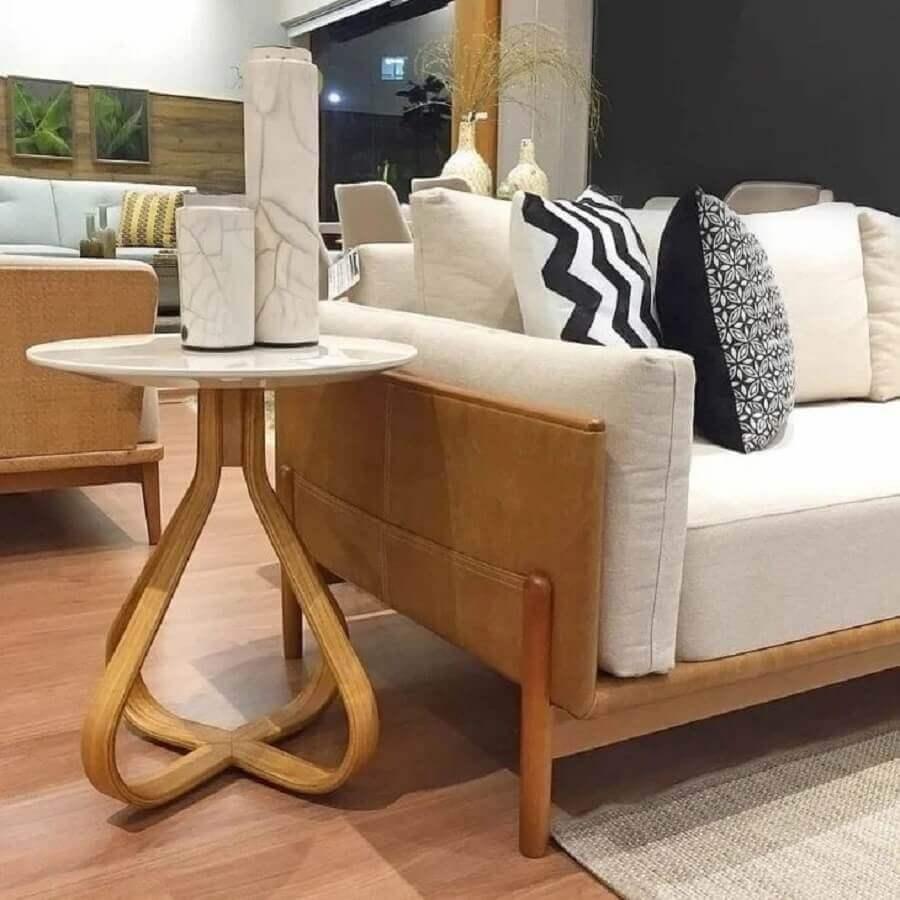 decoração de sala com sofá e mesa de canto redonda madeira diferente Foto Apartment Therapy