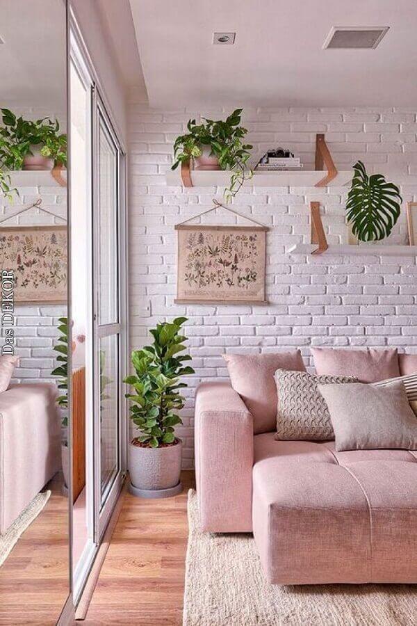 decoração de sala com sofá rosa e prateleira para plantas em parede de tijolinho branco  Foto Casa de Valentina