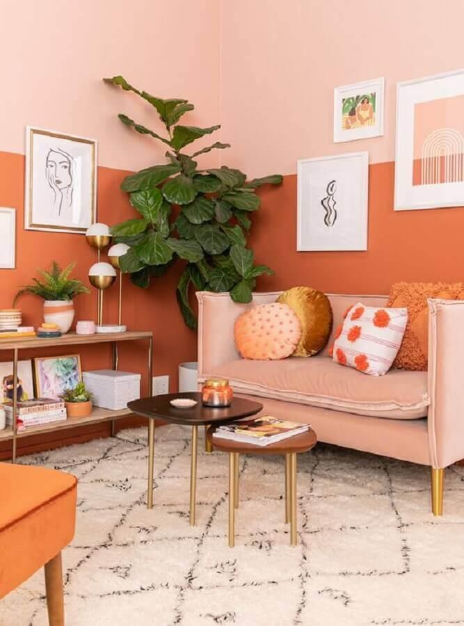 decoração de sala em tons terrosos com vaso de planta grande  Foto Elle Decor