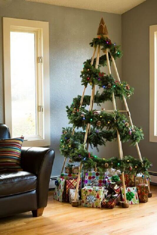 Simple room decoration with Christmas tree with Photo Recycle and Decorate