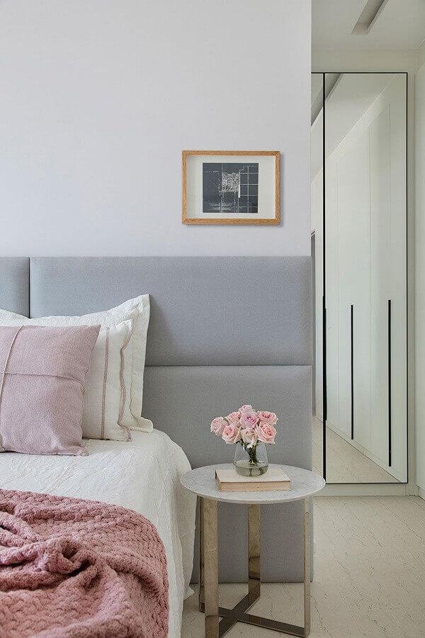 decoração delicada com cabeceira cinza claro estofada e mesa lateral redonda  Foto Casa de Valentina