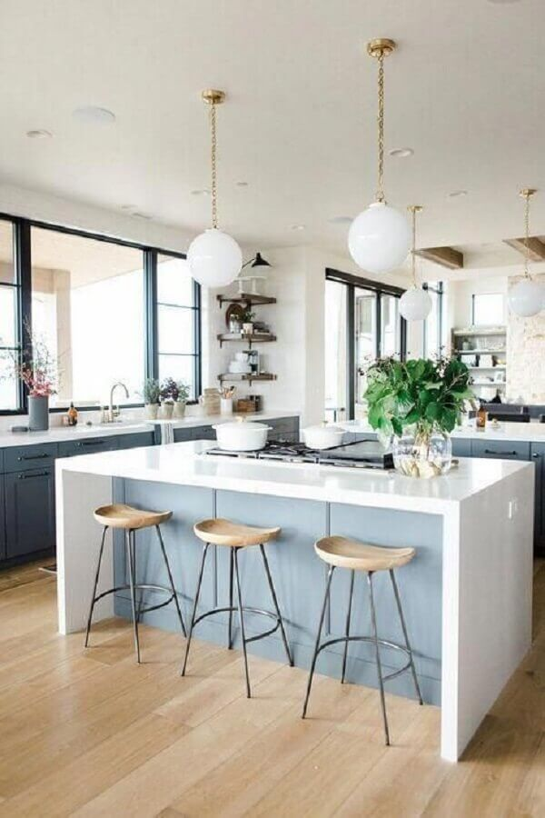 decoração delicada com luminária pendente para bancada de cozinha azul e branca  Foto McGee & Co.