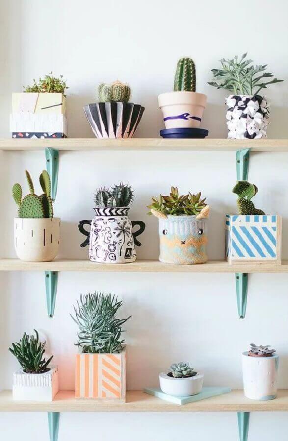 decoração delicada com prateleira para vasos de plantas pequenas  Foto Pinterest