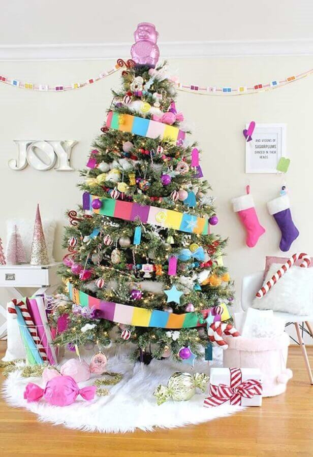 fun decoration with big colored Christmas tree Foto Pinterest